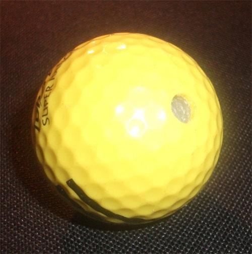 Golfball mit Loch